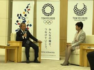 特別区長会の山崎孝明会長はマラソン・競歩の東京開催を求める声明文を小池百合子都知事に渡した(31日)