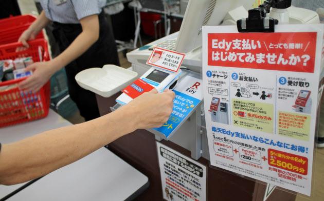 ポイント還元制度の導入でキャッシュレス決済の比率が高まっている(大阪屋ショップの店舗、富山市)