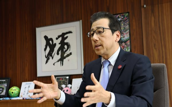 インタビューに応じる秋元克広札幌市長(31日、札幌市役所)