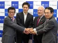 官民組織の設立総会に出席した大阪府の吉村洋文知事(左から2人目)ら(31日、大阪市中央区)