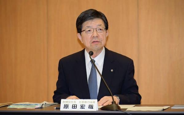 原電への支援を発表する東北電の原田宏哉社長(10月31日、仙台市)
