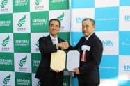 包括連携協定を結んだ信州大学の浜田学長(左)とイナリサーチの中川社長