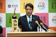 会見する尾崎正直高知県知事