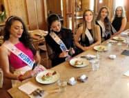 ミス・インターナショナルの豪代表らが群馬県産の食材についてSNSで発信する(10月31日、前橋市)