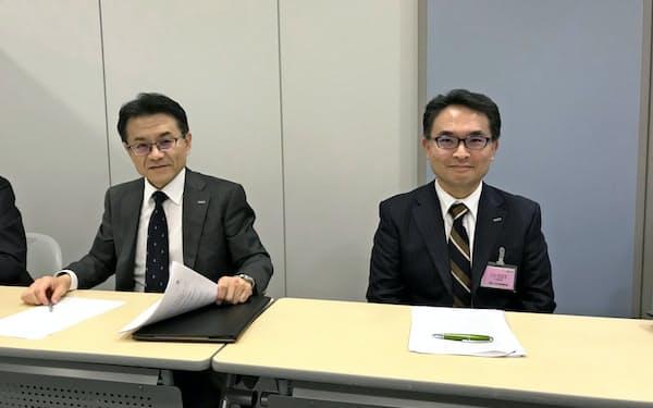 キーエンスの新社長に就く中田有取締役(右)と山本晃則社長(31日、大阪市)