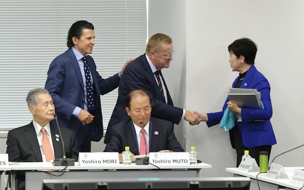 IOC調整委と大会組織委などとの会議で握手する東京都の小池百合子知事とIOCのジョン・コーツ調整委員長(奥中央)=30日、東京都中央区