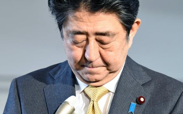 河井法相の辞任について、頭を下げる安倍首相(31日午前、首相官邸)