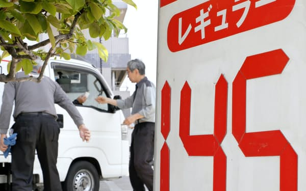 ガソリン価格は下げ渋り、140円台が続いている