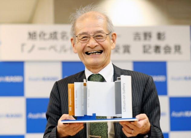 リチウムイオン電池の模型を手にする旭化成の吉野彰名誉フェロー
