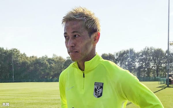 オランダ1部リーグのフィテッセの練習に参加し、取材に応じる元日本代表の本田圭佑(31日、アーネム)=共同