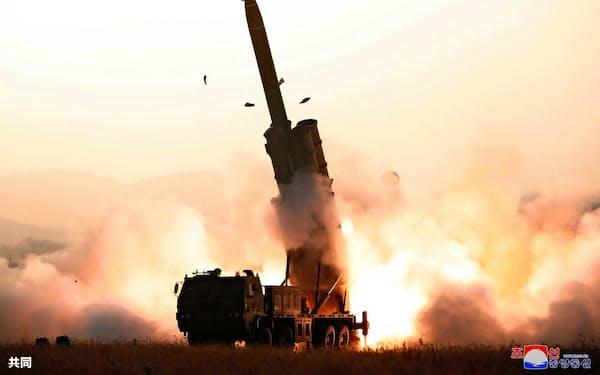 北朝鮮が10月31日に発射した「超大型多連装ロケット砲」=朝鮮中央通信・共同