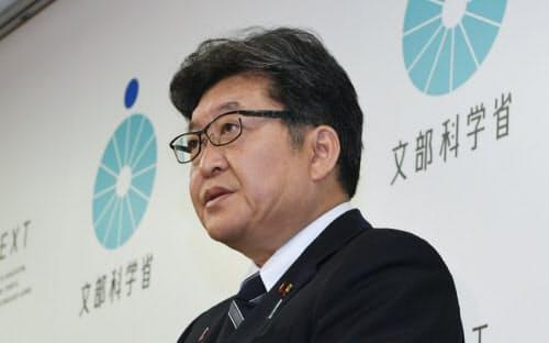 英語民間試験の実施延期を発表する萩生田文科相(1日午前、文科省)