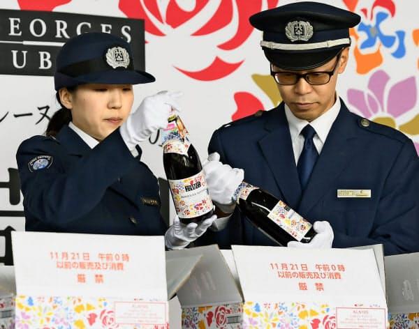 羽田空港に到着した「ボージョレ・ヌーボー」の初荷を検査する税関職員(1日午前)=共同