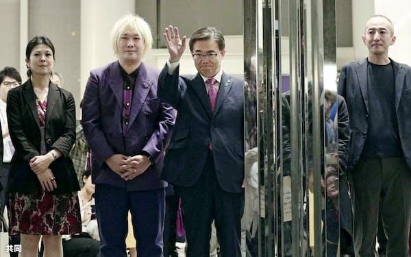 「あいちトリエンナーレ2019」が閉幕となり、来場者を見送る実行委会長の大村秀章愛知県知事(左から3人目)ら=10月14日、名古屋市=共同