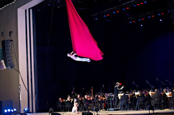 オーケストラの演奏をバックに空中で演技する