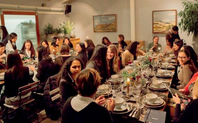 ドロップボックス主催のIT企業の女性リーダーの食事会。同社の女性も参加し、ロールモデルを見つけたり、ネットワークを作ったりしている。