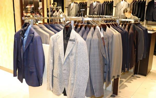ジャケットの下にタートルネックを合わせたり、シャツにネッカチーフを合わせるカジュアルなウォームビズの商品が増えている。(伊勢丹新宿本店)