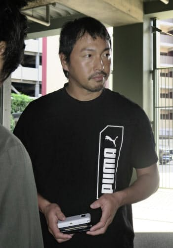 取材に応じ、海外FA権を行使せず残留することを表明した広島・長野(1日、マツダスタジアム)=共同