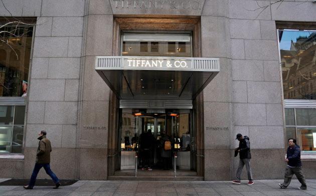 ニューヨークの5番街に旗艦店を構えるティファニーがLVMHから買収を仕掛けられている=ロイター