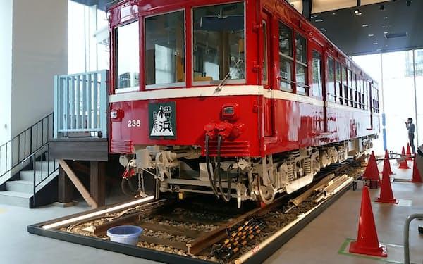 昭和初期に活躍した車両を展示する
