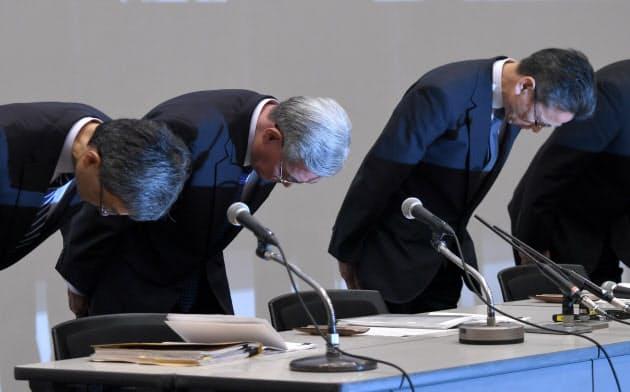 記者会見で頭を下げる関西電力の八木会長(左から2人目)ら(10月2日、大阪市福島区)