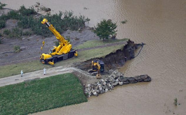 決壊した千曲川の堤防で行われる修復作業(10月13日、長野市穂保)