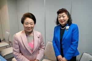 徳島商工会議所の会頭に就任した寺内氏(左)と副会頭に選出された中村氏(1日、徳島市)