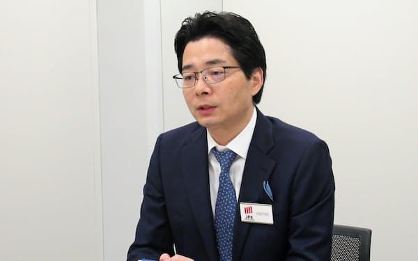 記者会見するダブルエーの肖俊偉社長(1日、東証)
