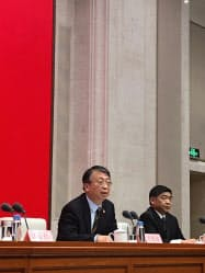 記者会見する全人代常務委員会の沈春耀・香港基本法委員会主任(11月1日、北京市)
