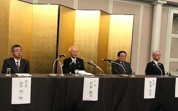 4期目の続投が決まった北九州商工会議所の利島会頭(左から 2人目。1日、北九州市)
