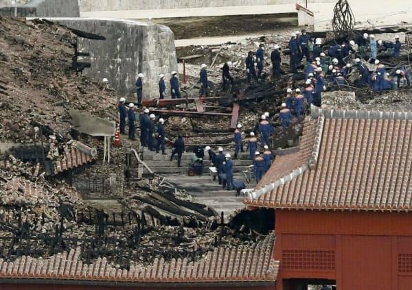 首里城で行われた、沖縄県警や消防による実況見分(1日午後、那覇市)=共同通信社ヘリから