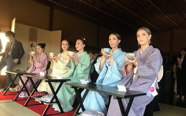 偕楽園の好文亭にミス・インターナショナル代表を招きティーセレモニーを開いた(1日、水戸市)