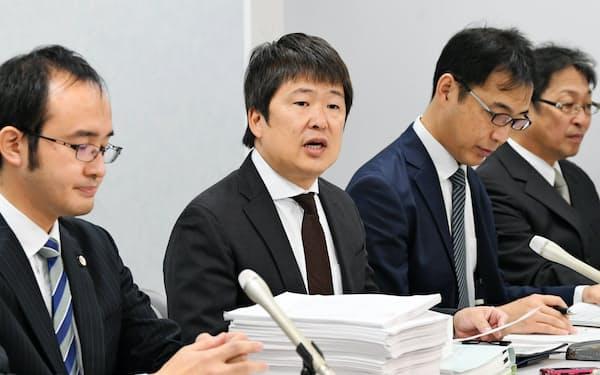 大阪高裁に訴状を提出し、記者会見する大阪府泉佐野市の阪上博則成長戦略担当理事(左から2人目)ら(1日午前、大阪市北区)