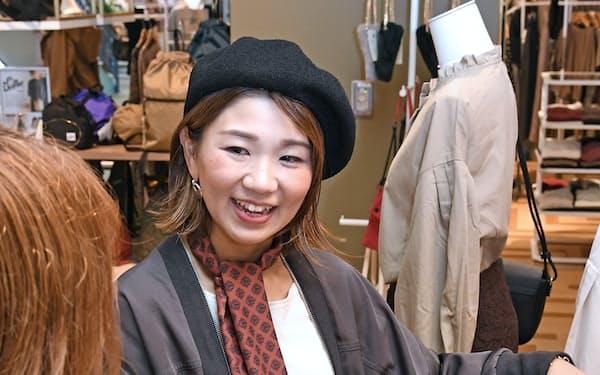 ストライプの柳ケ瀬汐莉さんは育児しながら忙しい週末の出勤もこなす(神奈川県藤沢市)