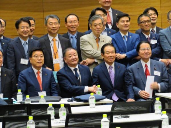 国会内で開いた総会で記念撮影に臨む額賀氏(前列右から2人目)ら(11月1日)