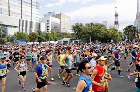 2018年8月の北海道マラソンで、大通公園前をスタートするランナー(札幌市中央区)=共同