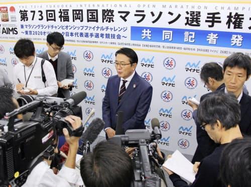 東京五輪のマラソン、競歩の札幌開催が決まり、報道陣に対応する日本陸連の瀬古利彦マラソン強化戦略プロジェクトリーダー=中央(1日午後、福岡市)=共同