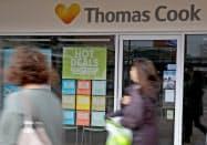 閉鎖した旅行会社トーマス・クックの店舗の前を歩く人(10月、英中部マンチェスター)=ロイター