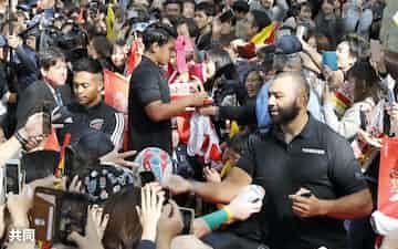 報告会でファンと交流するラグビー日本代表の(右から)リーチ主将、徳永選手、松島選手(2日、東京都府中市)=共同