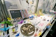 京都アニメーション放火殺人事件の犠牲者を追悼する「お別れ そして志を繋ぐ式」の式典会場で掲示された折り鶴やファンからのメッセージ(2日午後、京都市)=共同