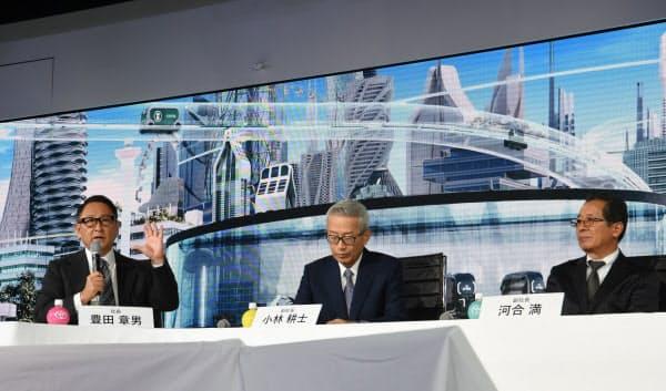 「トヨタ経営会議」で討論するトヨタ自動車の豊田章男社長(左)(2日、東京都江東区)