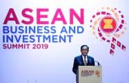 ASEANビジネス投資サミットであいさつするタイのプラユット首相(2日、バンコク)=石井理恵撮影