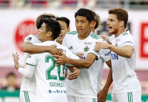 C大阪―松本 後半、同点ゴールを決め喜ぶ杉本(20)と松本イレブン(2日、ヤンマー)=共同