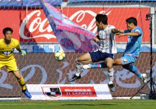 鳥栖―横浜M 前半、先制ゴールを決める横浜M・遠藤(中央)。右は鳥栖・三丸(2日、駅スタ)=共同