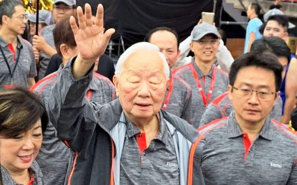 TSMCの全社運動会には創業者、張忠謀氏(中)も出席した(2日、新竹)