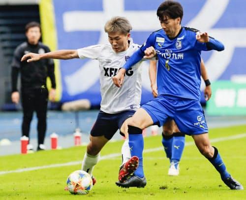 大分―FC東京 後半、大分・小林裕(右)と競り合うFC東京・永井(2日、昭和電ドーム)=共同