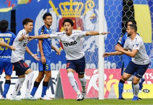 大分―FC東京 前半、2点目のゴールを決め駆けだすFC東京・渡辺=中央(2日、昭和電ドーム)=共同