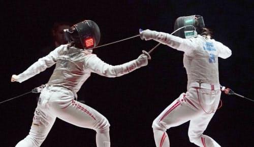 女子フルーレ決勝 菊池小巻(右)からポイントを奪う辻すみれ。初優勝を果たした(2日、LINE CUBE SHIBUYA)=共同