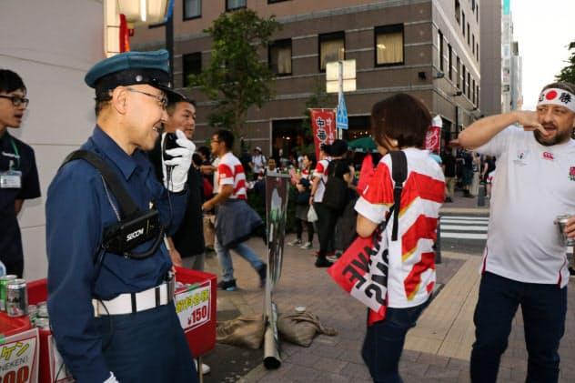 ウエアラブル端末を身に付けたセコムの警備員が会場周辺を見守る(10月13日、横浜市)