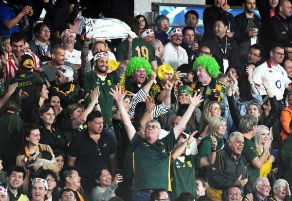南アフリカのマピンピがトライを決め喜ぶファン(2日、横浜市の横浜国際総合競技場)